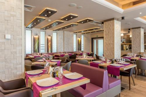 A restaurant or other place to eat at Splendid Conference & Spa Hotel – Adults Only