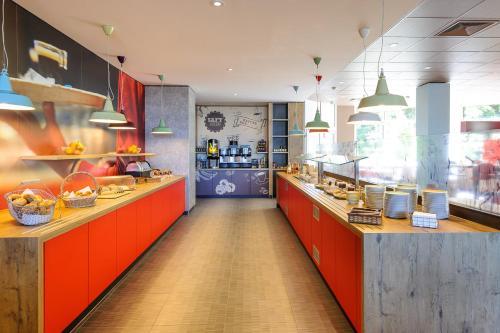 A restaurant or other place to eat at ibis Augsburg Koenigsplatz