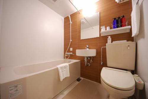A bathroom at Sotetsu Fresa Inn Tokyo-Kyobashi