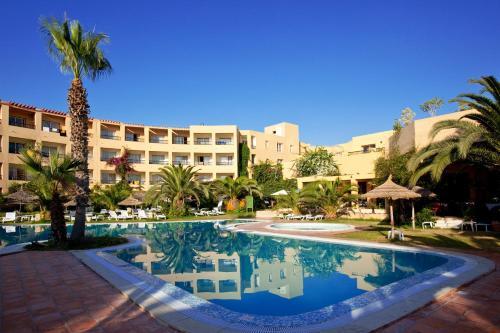 Het zwembad bij of vlak bij Hotel Dar El Olf