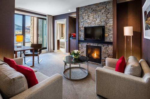 A seating area at Hilton Queenstown Resort & Spa