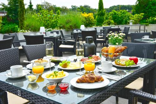 A restaurant or other place to eat at Parkhotel Oberhausen