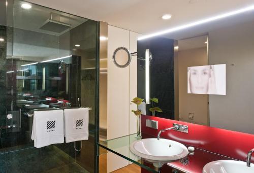 A bathroom at Hotel Reina Petronila