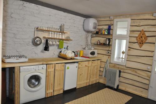 Кухня или мини-кухня в Holiday House On Zavodskaya 6