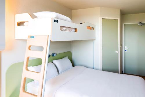 A bunk bed or bunk beds in a room at Ibis Budget Clermont Ferrand - Le Brezet - Aeroport