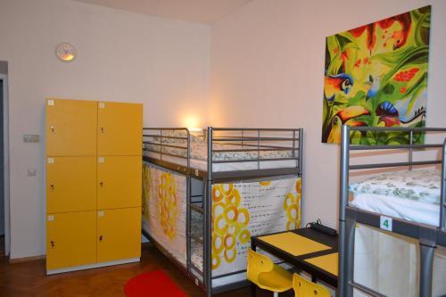 Poschodová posteľ alebo postele v izbe v ubytovaní Lemon Tree Hostel