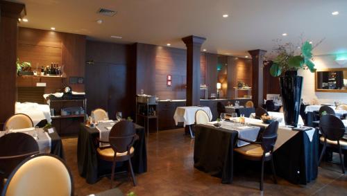 Un restaurante o sitio para comer en Balneario Font Vella- Adults Only