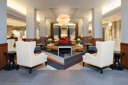 The lounge or bar area at DoubleTree by Hilton Hotel and Conference Center Chicago North Shore