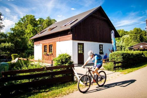 Jízda na kole v ubytování Turisticka ubytovna Cakle nebo okolí