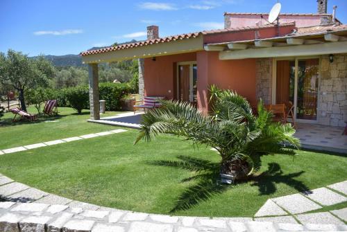 A garden outside Affittacamere B&B La Villa dei Graniti