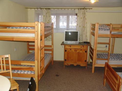 Łóżko lub łóżka piętrowe w pokoju w obiekcie Hostel Victoria