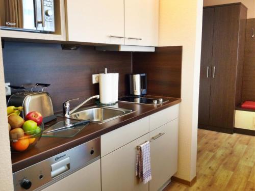 A kitchen or kitchenette at Apartmenthotel Quartier M