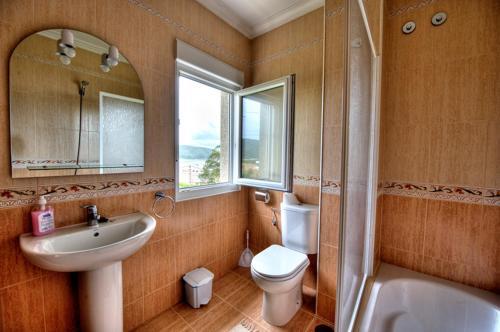 A bathroom at Pensión Mirador Fin da Terra