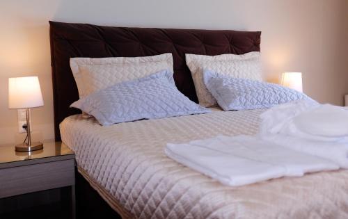 Letto o letti in una camera di Kamares Luxury Apartments