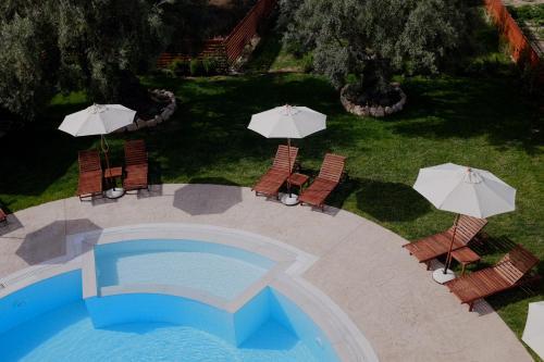Vista sulla piscina di Kamares Luxury Apartments o su una piscina nei dintorni