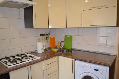 Кухня или мини-кухня в Apartment Na Kalinina