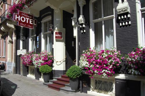 De façade/entree van Prinsenhotel