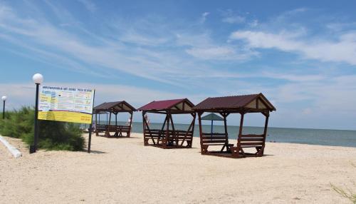 Пляж на территории комплекса для отдыха или поблизости