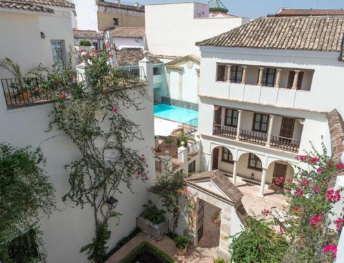 A view of the pool at Las Casas de la Judería de Córdoba or nearby