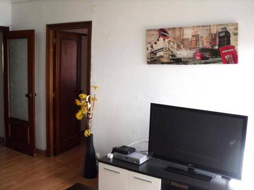 A television and/or entertainment center at Hostal Mimosa