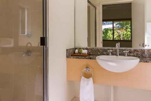 A bathroom at Port Douglas Plantation Resort