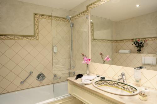 A bathroom at Romantik Hotel Jagdhaus Waldidyll
