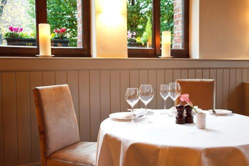 A restaurant or other place to eat at Schoolhouse Hotel