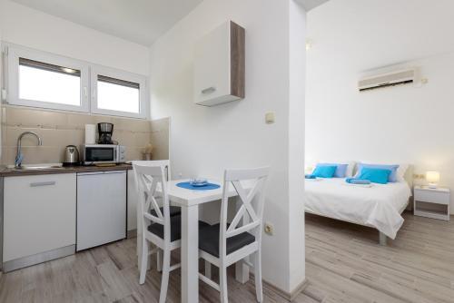 A kitchen or kitchenette at Studio Goga