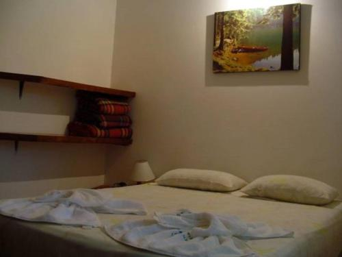 A bed or beds in a room at Samburá Chalés