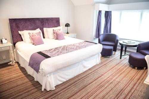 A bed or beds in a room at The Casa Hotel-Yateley, Farnborough