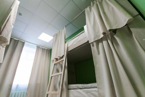 Двухъярусная кровать или двухъярусные кровати в номере Brusnika Hostel