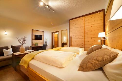 Ein Bett oder Betten in einem Zimmer der Unterkunft Hotel Bergblick