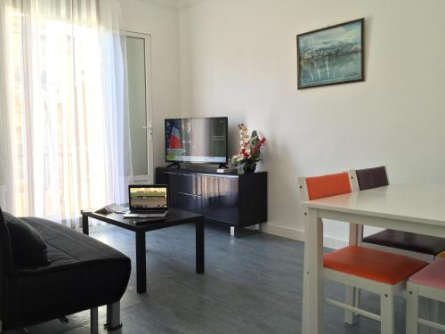 A television and/or entertainment centre at Appartement Le Saint-Charles