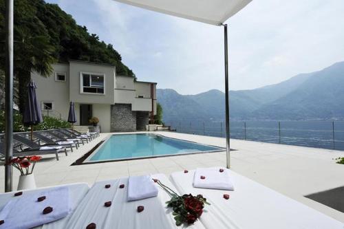 Het zwembad bij of vlak bij Villa Parisi