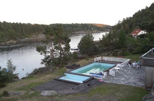 Utsikt mot bassenget på Sjøverstø Holiday eller i nærheten