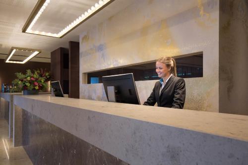 De lobby of receptie bij Van der Valk Hotel Enschede