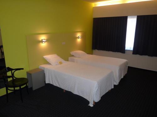 Een bed of bedden in een kamer bij Hotel De Swaen