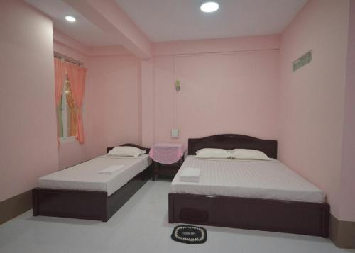 A bed or beds in a room at Soe Brothers 2 Guesthouse