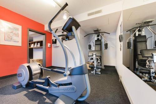 The fitness centre and/or fitness facilities at Novina Hotel Wöhrdersee Nürnberg City