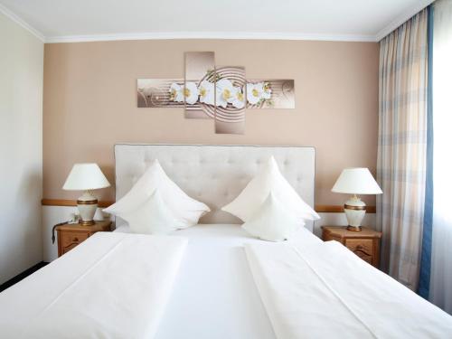 Ein Bett oder Betten in einem Zimmer der Unterkunft Hotel Garni zum Gockl