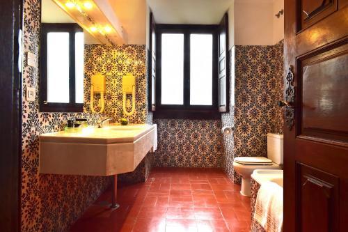 A bathroom at Pousada Castelo de Palmela