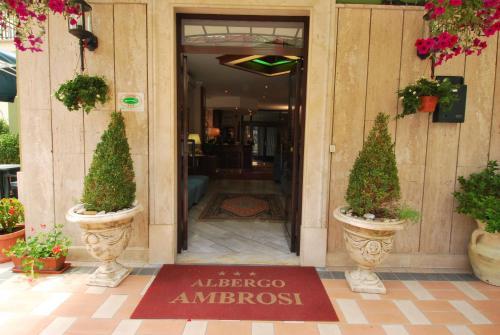The facade or entrance of Hotel Ambrosi