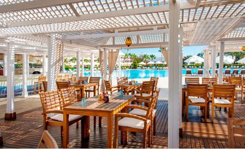 Een restaurant of ander eetgelegenheid bij Baron Resort Sharm El Sheikh