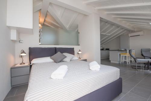 A bed or beds in a room at Il Pontile