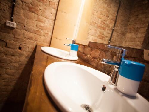 Ванная комната в Polosaty Hostel