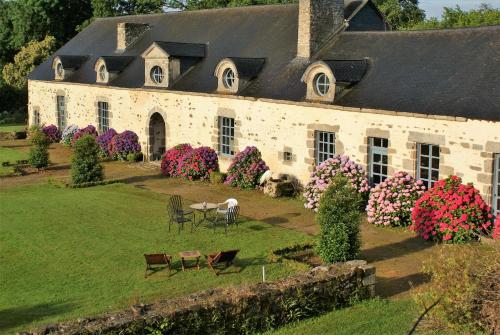 A garden outside Château de la Chasse-Guerre