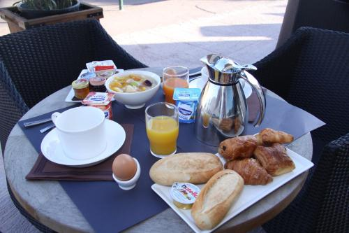 Breakfast options available to guests at Hôtel A Madonetta
