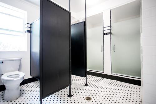 Salle de bains dans l'établissement American Hotel