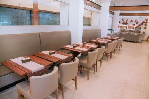 Um restaurante ou outro lugar para comer em Slim Pajuçara by Tropicalis