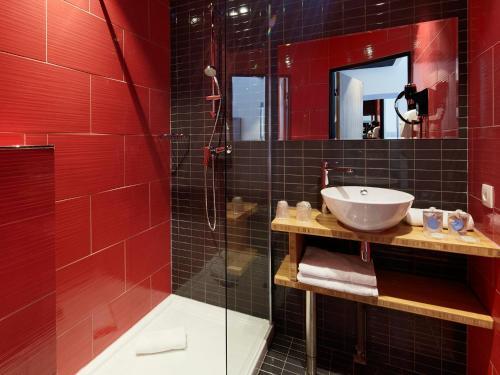 A bathroom at Kyriad Marseille Blancarde - Timone
